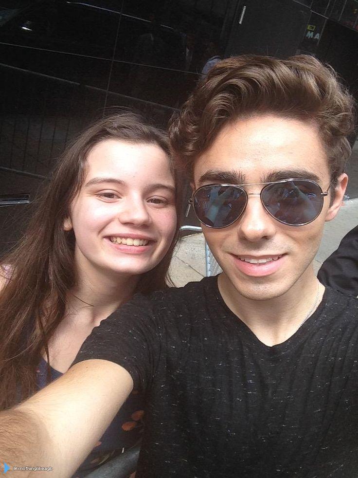 Nathan com fã (@xnothinglikeagb) no em Nova York, nos Estados Unidos. (21 jul.)