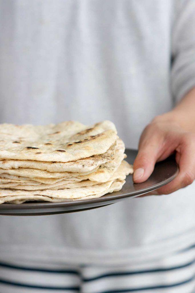 Mexikanische Tortillas selber machen gelingt mit diesem Rezept auf Foodlikers im Handumdrehen. Für die Zubereitung kannst Du Dinkelmehl verwenden.