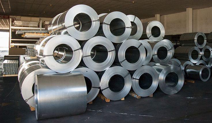 La produzione parte da qui, dai coils di lamiera. Il materiale è acciaio zincato spesso 0,7 mm