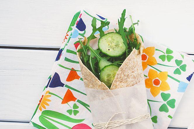 Kalkonwraps | Kung Markatta - kungen av ekologiskt. Enkla wraps som snabbt rullas ihop när det vankas spontan picknick. Wraps fungerar ju att fylla med i princip vad som helst. Dessa med färskost, dijonsenap, kalkon och lite härliga grönsaker är galet goda och så pass mättande att de fungerar som en lättare lunch.