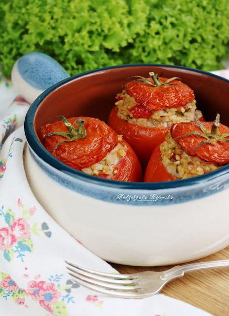 Pomidory faszerowane ryżem z bazylią i rozmarynem, z dodatkiem sosu z kawałków pomidora