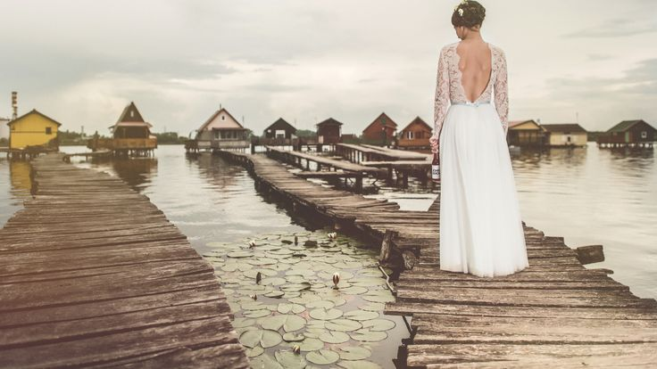 This lace and tulle gown looks just perfect with that little blue bow on the back, good choice Dorottya :)