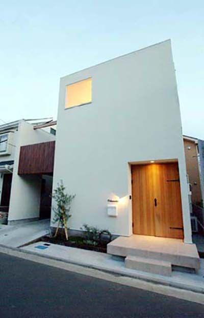 house-f 海を望む家  建築家と建てる横須賀の狭小住宅相模湾を望む高台に位置し、新たに宅地分譲開発された横須賀市の住宅地の一画に計画された注文住宅。コンパクトな床面積ながら、高い天井高さのリビング・海を望める広いウッドデッキテラスにより、機能的でゆったりとした狭小住宅となっている。2階リビング天井高3.5m。洗面室やロフト、テラスと開放的に連続する。床材は、パイン無垢材、壁・天井は、珪藻土塗り、と自然素材により仕上られている。 前面道