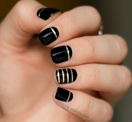 Aujourd'hui je vous présente un nail art rapide ! J'ai réalisé ce nail art noir et or avec un joli striping tape or aux reflets multicolores.