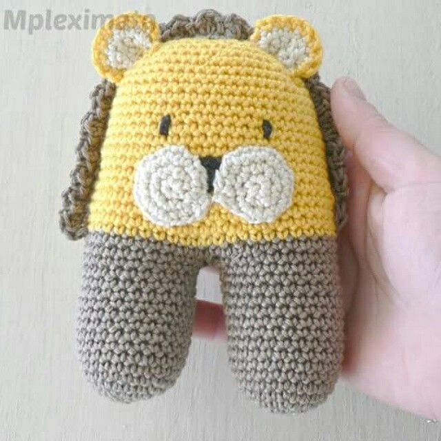Two legged rattle Leone the Lion.   Basic pattern by Lanukas  Lion version by mpleximommy   Www.instagram.com/mpleximommy