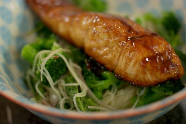 Er zijn maar weinig liefhebbers van vis die een stukje gebakken zalm zullen afslaan. Zalm is heel veelzijdig, zodat een mens al eens creatief kan zijn. Je begint bij een zout-zoete teriyakisaus waarin de zalm gebakken wordt. En om in de Oosterse sfeer te blijven, serveer je er een lauwe noedelsalade bij met roosjes verse broccoli en frisse verse kruiden.
