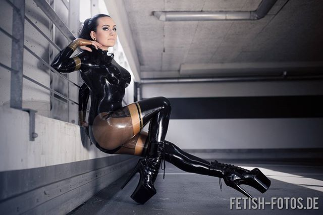 Latex rubberdoll in military gas mask test with ruby luster - 3 4