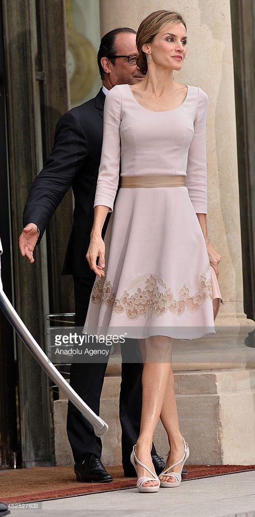 French President Francois Hollande (L) welcomes King Felipe VI of Spain (not seen) and Queen Letizia (R) of Spain at the Elysee Palace on July 22, 2014 in Paris, France. King Felipe VI and Queen Letizia of Spain pay official visit in France.