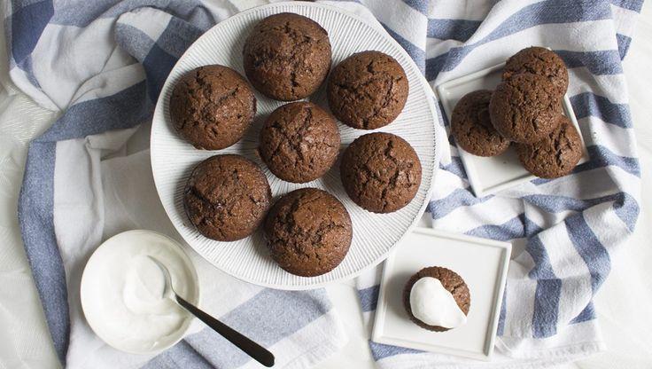 Il cioccolato rientra da sempre nella categoria del comfort food per eccellenza. Se poi lo usiamo per fare dei muffin, meglio ancora se decorati con panna montata, ecco che la colazione e la merenda assumono tutto un altro aspetto. Un buon dolce fatto in casa affiancato all'immancabile caffè mattutino, è in grado di farvi cominciare la giornata con il piede giusto. Imuffin sono un dolce ti tradizione inglese e americana,sono veloci da fare e potete prepararli con innumerevoli combinazi...