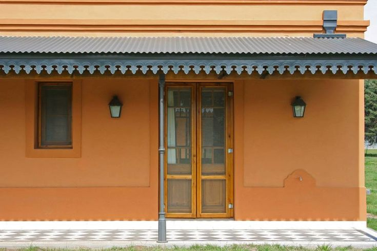 Mirá imágenes de diseños de Casas estilo rural: Loo Mapu. Encontrá las mejores fotos para inspirarte y creá tu hogar perfecto.
