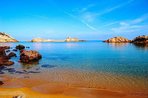 Cala Pregonda, Menorca: Es una de las calas que recomiendan todos los viajeros que la han visitado. Su color rojo y el ambiente que la rodea la hacen especial.