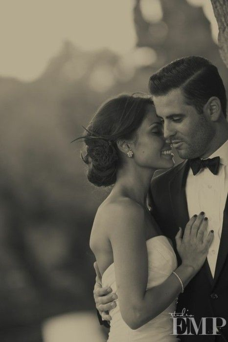 Glamourous Old Hollywood wedding photo. Tell the stories that go with the photos in a www.weeva.co book!
