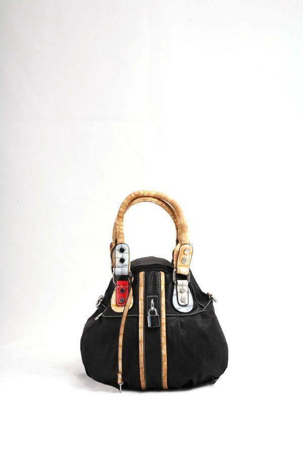 24,00€ Μαύρο τσαντάκι ώμου – χειρός, δερμάτινη υφή.  Σχήμα πουγκί που κλείνει με φερμουάρ.  Νεανικό σχέδιο με πολύχρωμα λουριά και διακοσμητική κλειδαριά.