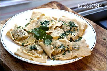 Ravioloni rellenos de kefta de ternera con cilantro Para los raviolonis 200 gr de harina 2 huevos  Para el relleno 125 gr de estofado de ternera pan rallado 4 cebolletas frescas 2 cucharaditas de ras el hanout aceite de oliva virgen extra sal  Para el condimento 50 gr de mantequilla 1 manojo de cilantro http://www.todalapasta.com/menurecetas/ravioloni-rellenos-de-kefta-de-ternera-con-cilantro/