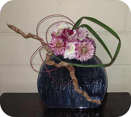 bloemstukken maken met dahlia's bloemschikken modern bloemstuk met ouderwetse bloemen