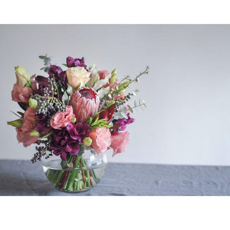 Bouquet de proteas y alstroemerias #centerpiece #bouquet #decoration #protea #alstroemeria #peruvianlilly #lisianthus #purple #pink #flowers #flores #azahar
