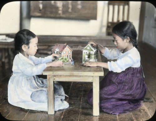 A kindergarten group, Korea, [s.d.]. http://digitallibrary.usc.edu/cdm/ref/collection/p15799coll48/id/678