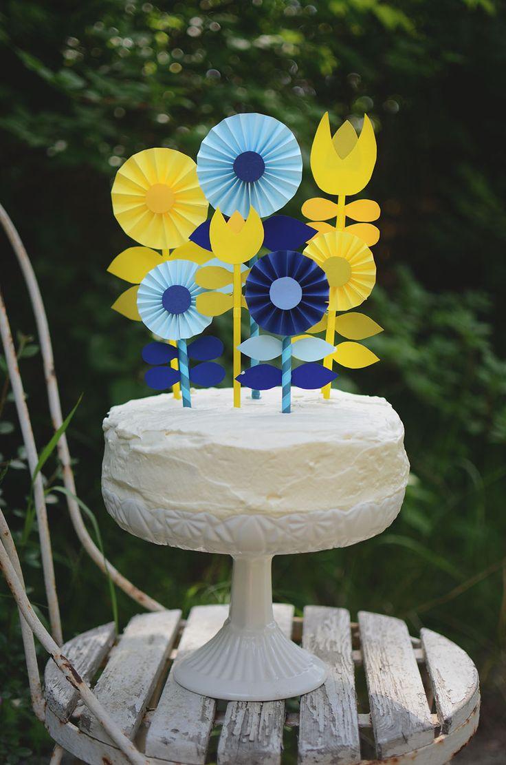 Pyssel: Tårtdekorationer av papper och sugrör. Steg för steg beskrivning via länk. Passar till studentmottagningen, nationaldagen och midsommar. Cake toppers, cake decorating tutorial _Helena Lyth