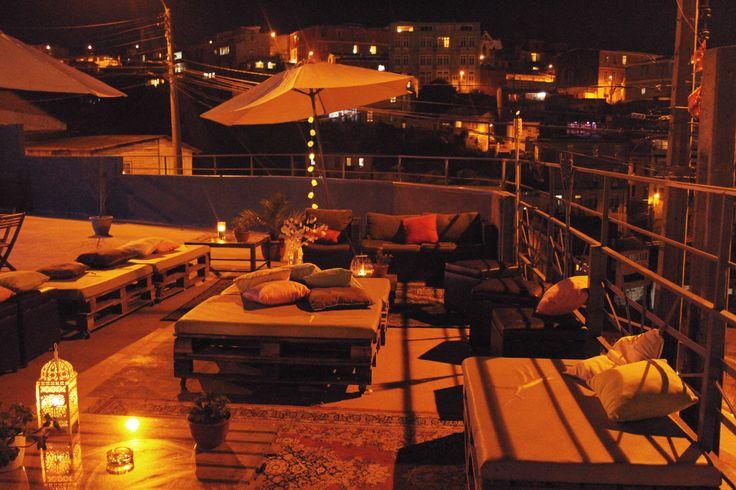 Terraza con las mejores Vistas de Valparaiso. Ambiente súper relajado con mobiliario de Pallets
