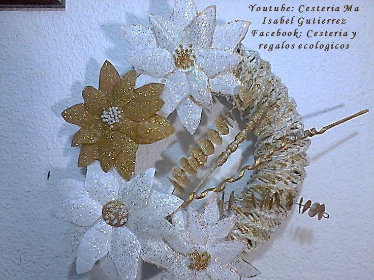 Consigue una botella de plástico vacía para hacer estas bonitas flores Navideñas. ¡Decora tu hogar con ellas!