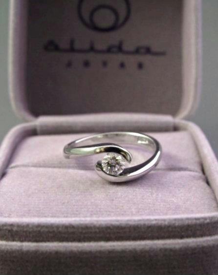 Anillo de compromiso en oro blanco 18k con diamante de 0.29 ct