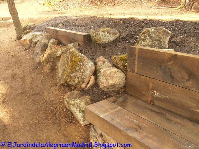 el jardn de la alegra rocalla con bancos de piedra y traviesas de madera en