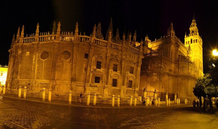 Catedral de Sevilla in the moonlight