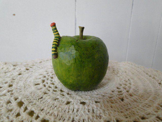 アオバセセリの幼虫とみどりのりんご