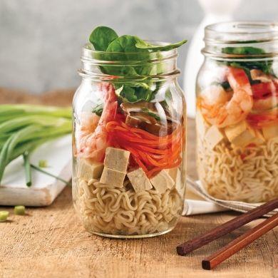Quoi de plus pratique que les repas en pots Mason? La recette de soupe asiatique idéale pour la boîte à lunch!