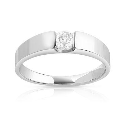 SOLITAIRE or blanc 750 rehaussé d'un diamant de 25/100e de carat, qualité Séduction. Taille 48 à 62.