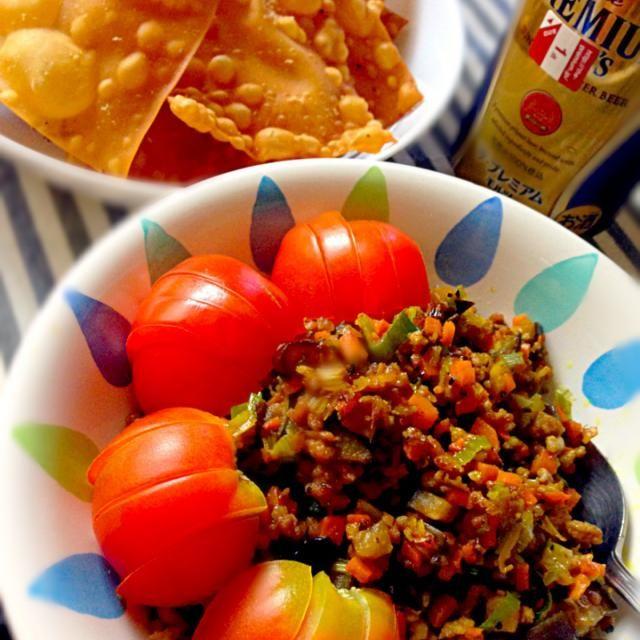 冷蔵庫の半端野菜を全部刻んでひき肉と炒めて、カレー粉とオイスターソースで味付け。  揚げワンタンにトマトと一緒にのせてバリバリうまー(・ω・) - 58件のもぐもぐ - 在庫整理ドライカレー揚げワンタン添え by KAZARA