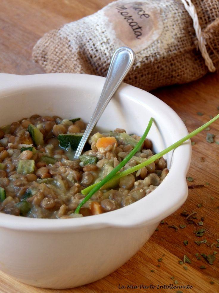Zuppa alle lenticchie e un mix profumatissimo di spezie, un primo piatto semplice, nutriente e avvolgente.