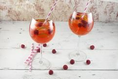 APEROL COCKTAIL MET LIMOEN EN FRAMBOZEN  Een ontzettend verfrissend drankje, om te vieren dat de lente is begonnen. Deze Aperol cocktail met limoen en frambozen is dorstlessend en super snel klaar.  Recept onder de knop >>BRON<<