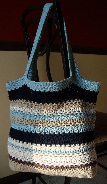 Free bag pattern. I think that this will go on my loooonnnngggg list.