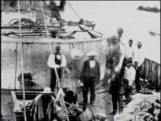 Antofagasta .. Vista panorámica del Monitor Huascar, que llega remolcado y aun humeante a Mejillones, después de ser capturado por el blindado chileno Cochrane,en la Batalla de Punta de Angamos