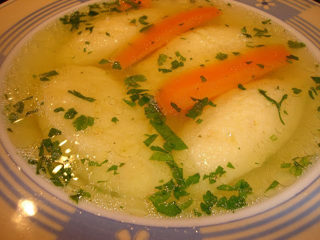 Dacă îți place supa de găluște, încearcă această rețetă. Gustul este excepțional, iar găluști mai pufoase n-ai mâncat. INGREDIENTE ● 500 g tacâmuri de pasăre ● o rădăcină păstârnac ● o rădăcină mică…