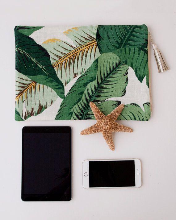 Funda de iPad lino o plegable embrague bolso en verde Tropical Palm árbol impresión tela  Perfecto embrague suave plegable de lino para primavera, verano y la playa. Es ideal para todos los días y fácilmente sostiene su billetera, llaves, brillo de labios etcetera pero también es perfectamente tamaño para sostener un iPad mini.  Por un lado es una hermosa palmera retro Vestido de hoja de plátano en suave, hermosa ropa. El otro lado es arpillera metálico. Me encanta esta arpillera porque…