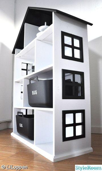 Kul idé att bygga en bokhylla i form av ett dockhus.