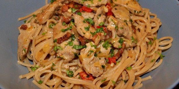Saftige stykker svinemørbrad i en cremet hvidvinssauce med bacon og rød peber. Servér eksempelvis med pasta eller ris.