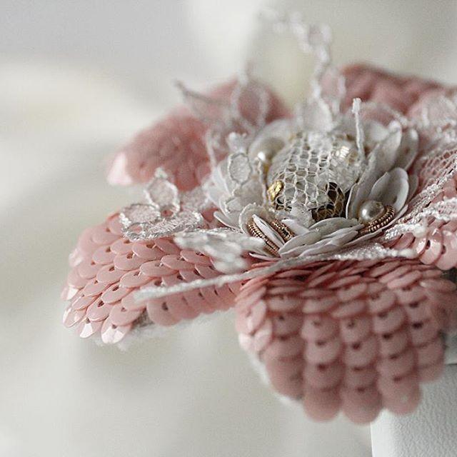 #unique #swarovski #flowers #luneville #beadembroidery #мастерскаяИнгаМарита…