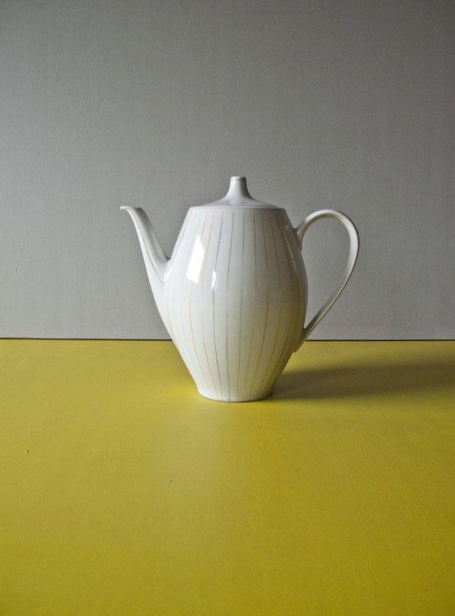 Dzbanek o wyjątkowym kształcie malowany w delikatne paseczki.  Wysokość: 20 cm Szerokość: 11 cm  Stan porcelany : bardzo dobry #vintage #vintagefinds #vintageshop #forsale #design #midcentury #midcenturymodern #kitchen #porcelain