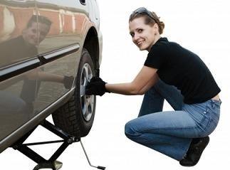 Cambiare la ruota dell'auto, procedura per sostituire la gomma forata, come svitare e serrare i bulloni in modo corretto,