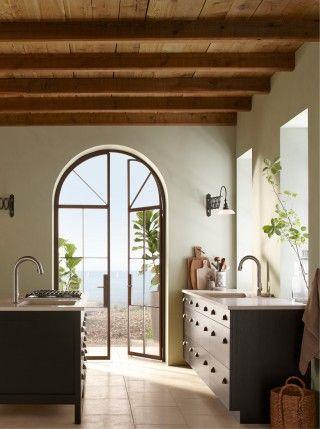 Un techo de madera rústica y una puerta de arco, el emblema perfecto de una cocina al estilo Misión.