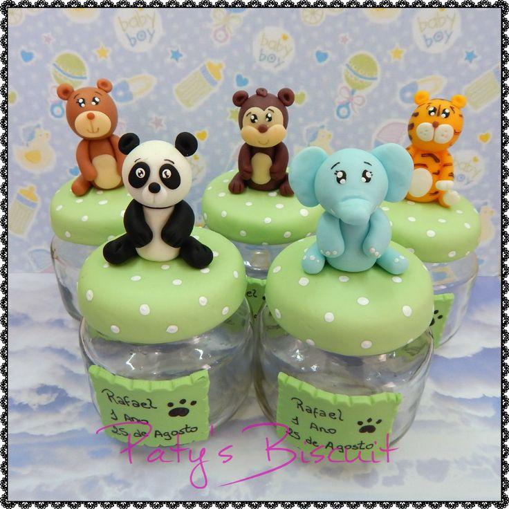 Potinhos de papinha decorados no tema Safari / Selva: Urso, Panda, Macaco, Tigre e Elefante. Inclui tag em biscuit no potinho, com escrita à mão (sem a tag fica R$7,00 cada potinho). <br> <br>Produto sob encomenda. Valor unitário. <br>P.S.: Caso o cliente já tenha os potinhos, faço desconto mediante envio das tampinhas para decorar; entre em contato e consulte! <br>Material: biscuit; potinho de papinha de vidro (120ml). <br> <br>