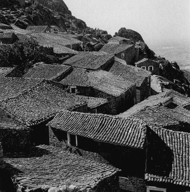 Een foto van het dakenlandschap van een Portugees dorpje in de jaren 50/60. Het is een foto van de fotograaf Artur Pastor (tumblr) uit de serie Geometrias e composições. Hoe zou het er tegenwoordig uit zien?