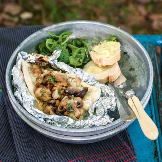 Scholpakketje met paddenstoelen schol scholfilet sjalotje paddenstoelen kruidenboter stokbrood witte wijn