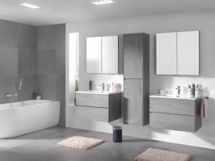 X2O | Storke badkamermeubel in  beton grijs met spiegelkast en composiet marmer wastafel/ Meuble salle de bain en gris beton avec armoire à mirroir et tablete en marbre composite. More? Visit www.x2o.be #concrete #bathroom #furniture #interior #design