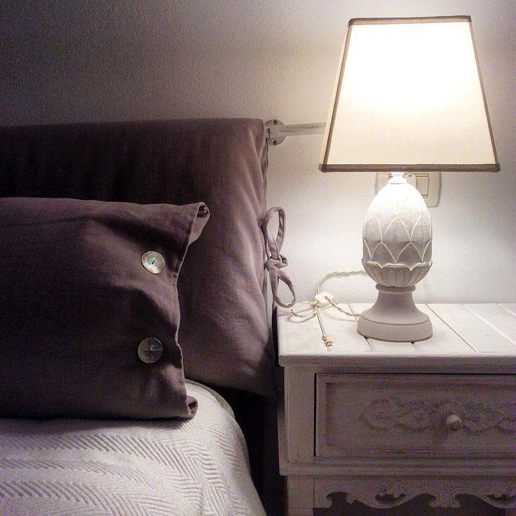In questa camera da letto sono arrivati i nuovi paralumi! Tela bianca con finiture in canete' per uno stile semplice e raffinato. Se anche voi avete una lampada su cui abbiamo lavorato saremmo curiosi di vederla nella sua casa. Buon sabato a tutti! #shabby #abatjour #lampada #fattoamano #pigna #cameradaletto #bedroom #interiordesign #interiordeco #creatoadarte #madeinitaly #picoftheday #igersbrescia #bapbrescia #igersitalia