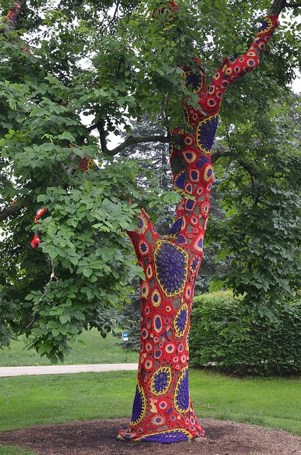 yarnbombing tree art