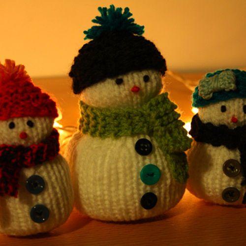 Pour décorer ou pour accrocher dans le sapin, confectionnez un petit bonhomme de neige (ou toute une famille !) en tricot, en n'oubliant pas de...